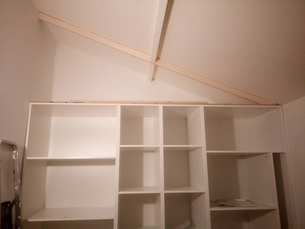 Pose des étagères supérieures en sous-pente